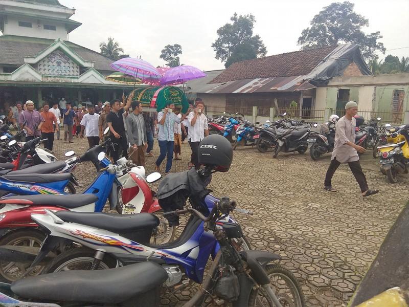 Ratusan Pelayat Iringi Jenasah H. Syahroni ke Pemakaman