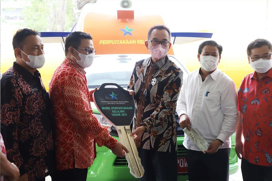 Riza Herdavid Jemput Mobil Perpustakaan Keliling Di Jakarta Bersama Rudianto Tjen