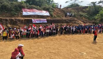 150 Anak PMR Bangka Selatan Kibarkan 74 Bendera Merah Putih