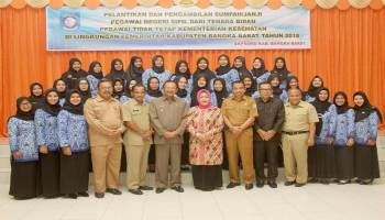 30 Bidan PTT Dilantik Jadi PNS Setelah 8 Tahun Mengabdi