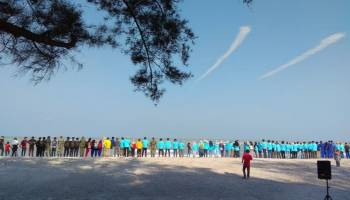 300 Peserta Ikut Gerakan Bersihkan Pantai dan Laut di Pantai Rebo