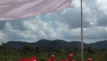 75 Bendera Dikibarkan 75 Relawan di Gunung Muntai, Begini Cara PMI Basel Mensyukuri Kemerdekaan