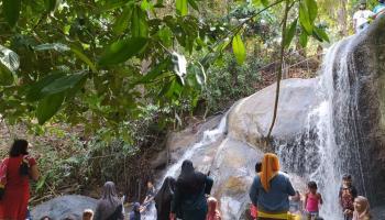 Air Bukit Mangkol, Sensasi Dinginnya Begitu Menggoda