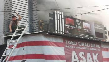 Aksi Heroik Kapolsek Muntok saat Toko Sembako Terbakar