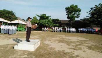 Anggota Bhabinkamtibmas Pimpin Upacara Bendera di SMAN 1 Kelapa