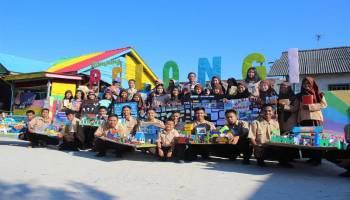 Aplikasikan Pembelajaran Kehumasan, Siswa SMKN 2 Koba Serahkan Buku dan Mading ke Kapal Wisata dan Masyarakat Desa Kurau