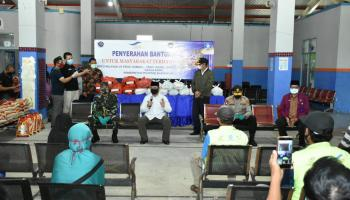 ASN Pemprov. Babel Bantu Paket Sembako Untuk Masyarakat Pelabuhan Tanjung Kalian