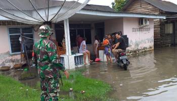 Babinsa 0413-6/Sungailiat Cek Langsung Rumah Warga Terkena Banjir