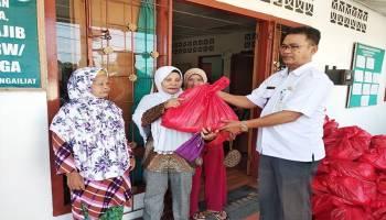 Bantu Masyarakat Desa Kenanga, PT. BAA Bagi-Bagi Sembako Gratis
