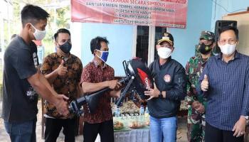 Bantu Petani Madu, Bupati Bangka Serahkan Dua Unit Mesin Perahu Tempel