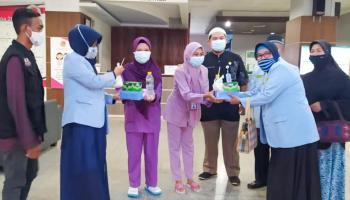 Berbagi Berkah, DPW BKPRMI Babel Bagi Takjil di RSUP Soekarno