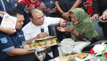 Berbagi Kasih, Gubernur Erzaldi Santuni 200 Lansia