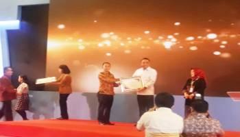 Beri Pelayanan Terbaik, Bupati Mulkan Diganjar Penghargaan dari Kemenpan RB