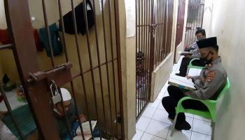 Beri Pembinaan Mental, Kapolsek Gerunggang Ajak Tahanan Mengaji