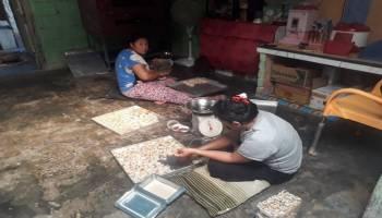 Berkah Ramadhan Bagi Pelaku UKM Pembuat Kue Kering Desa Sarang Mandi
