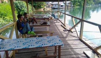Berlokasi di Tepi Danau, Warkop & Seafood Saridini Jadi Favorit Mancing Mania