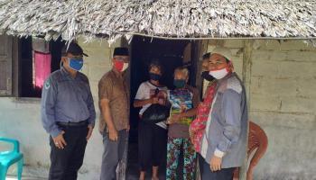 Bersama Yayasan Daarussallam, Wakil Bupati Bangka Serahkan Bantuan Puluhan Sembako Ke Warga Dampak Covid-19