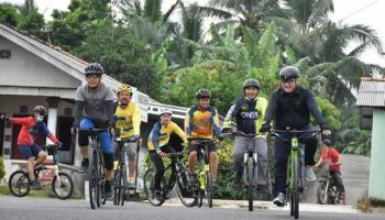 Bersepeda Sejauh 23 km, Gubernur Erzaldi Natak Kampung dari Kimak Hingga Sungailiat