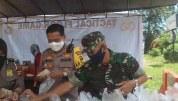 Bersinergi Dirikan Dapur Lapangan, TNI-Polri Bagikan 200 Porsi Makanan Kepada Warga Terdampak Covid-19