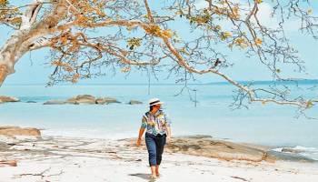Bertamasya Ria Di Pantai Teluk Gembira