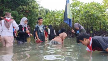 BFS Bersama Sahabat Alam Rayakan HUT RI 75 Mengunjungi Pelestari Bakau