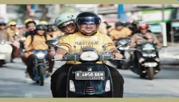 Boncengan Berdua Pakai Motor Vespa, Gubernur dan Istri Konvoi Promosikan Film Martabak Bangka