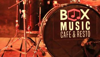 Box Music Cafe Serasa Bersantap di Tengah Mini Container