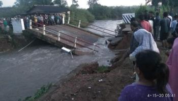 Breaking News : Jembatan di Desa Delas Ambruk, Diduga Akibat Tingginya Curah Hujan