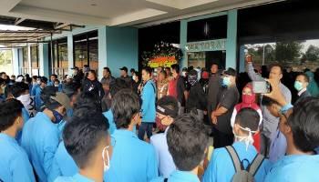 Breaking News : Ratusan Mahasiswa UBB Serbu Gedung Rektorat