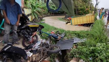 BREAKING NEWS: Truk Hampir Merengut Nyawa Agat, Bengkel Motornya Rusak Parah