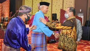 Budayawan Ibnu Hadjar Dapat Penghargaan Pada Perayaan HUT ke-20 Babel