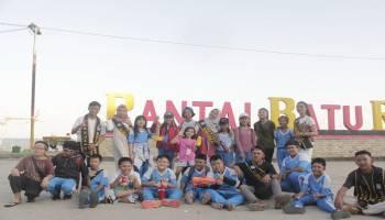 Bujang Dayang Babar Bersama Murid SD Bersihkan Pantai Batu Rakit