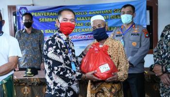 Bupati Bangka Salurkan Ribuan Paket Sembako di Kecamatan Merawang