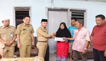 Bupati Bangka Serahkan Bantuan Langsung ke Keluarga Abdullah, Nelayan Hilang