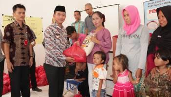 Bupati Bangka Serahkan Bantuan Pangan kepada Penderita Stunting