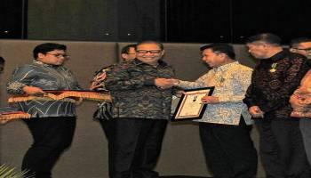 Bupati Bangka Tengah Terima Penghargaan Tanda Jasa dan Bakti UKM di Harkopnas 2019
