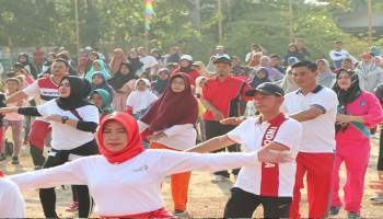 Bupati Bangka Turut Bedincak Bersama Istri di Lapangan Bola Kenanga