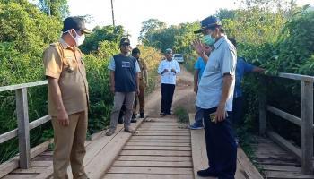 Bupati Ibnu Saleh Kunjungi Dusun Kerasak, Minta Pemdes Usulkan Jembatan Permanen