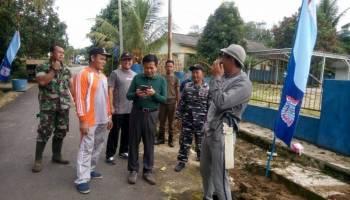Bupati Ibnu Saleh Ikut Bersih-Bersih Bersama Warga Desa Keretak Atas