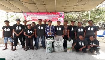 Bupati Ibnu Saleh Salurkan Bantuan 6 Induk Sapi dan Peralatan Pertanian Kepada Kelompok Tani Desa Sarang Mandi