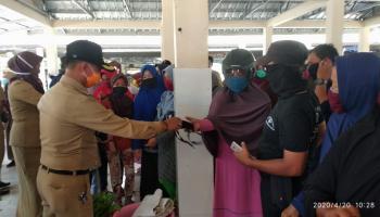 Cegah Penyebaran Covid-19, Bupati Bangka Bagikan 500 Masker di Pasar Batu Rusa