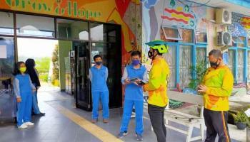 Cegah Penyebaran Covid-19, Polres Bangka Barat Bagikan Masker ke SLB Muntok