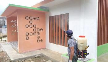 Cegah Penyebaran Covid-19, Setiap Minggu Pemdes Tanah Bawah Semprot Disinfektan di Fasilitas Umum