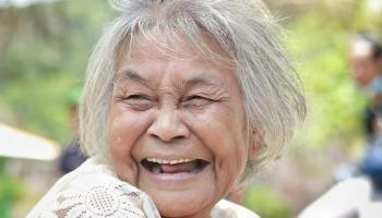 Dampingi Suami Ritual Jaga Pantai, Nenek Suku Lom Ini Larang Ambil Batu Pantai