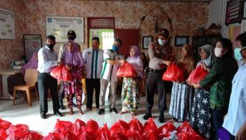 Dapat Bantuan dari PT. Bangka Tani Putra, Pemdes Namang Salurkan Sembako Gratis untuk Warga Kurang Mampu