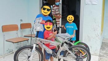 Dapat Hadiah Sepeda dari Pengusaha, Tiga Anak dalam Karantina Tertawa Gembira