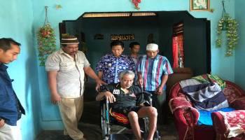 Dapat Laporan 2 Warganya Sakit Lumpuh, Ibnu Saleh Berikan Bantuan Kursi Roda