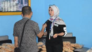 Datangi UMKM Belinyu, Melati Erzaldi: Stik Cuminya Enak Banget!