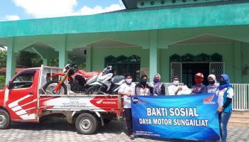 Daya Motor Sungailiat Berikan Masker di Masjid Nurul Izza