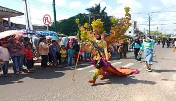 Di Bawah Terik Matahari, Ribuan Warga Tetap Enjoy Nonton Fashion Carnaval TCOF 4